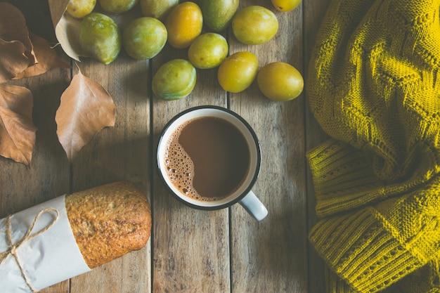 Tasse de chocolat chaud ou de cacao, petit pain de seigle Photo Premium