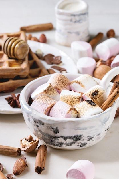 Tasse De Chocolat Chaud à La Guimauve Photo Premium