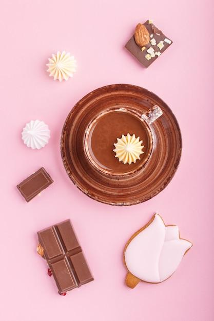 Tasse De Chocolat Chaud Et Morceaux De Chocolat Au Lait Aux Amandes Sur Rose. Vue De Dessus. Photo Premium