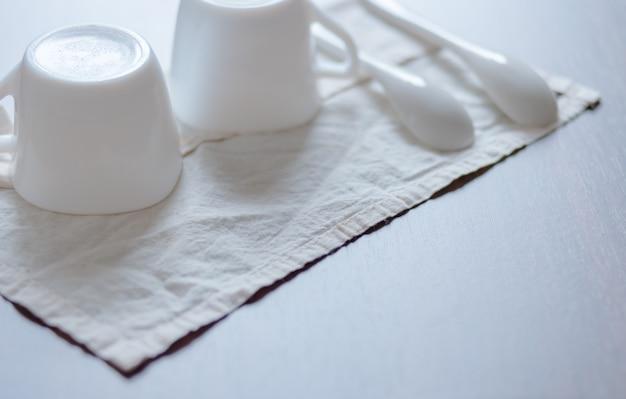 Tasse et cuillère en céramique Photo Premium