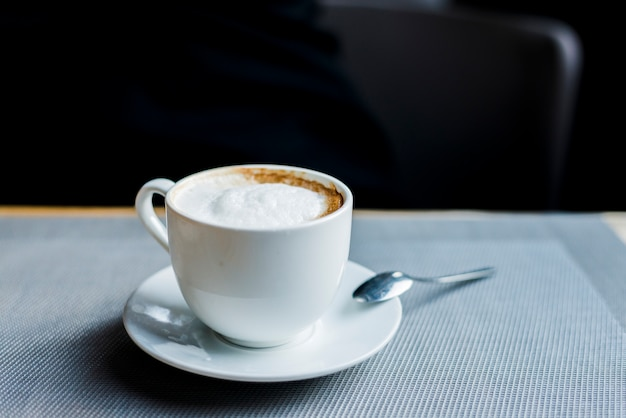 Tasse de délicieux café sur le bureau dans le café Photo gratuit