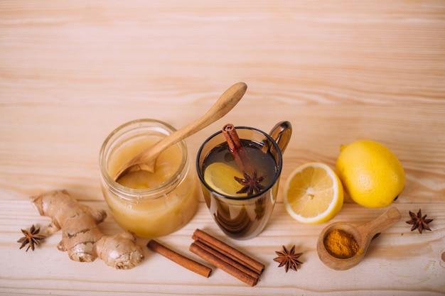 Tasse D'eau Tiède Avec Du Citron, Du Miel, Du Gingembre, De La Cannelle Et De L'anis. Photo Premium