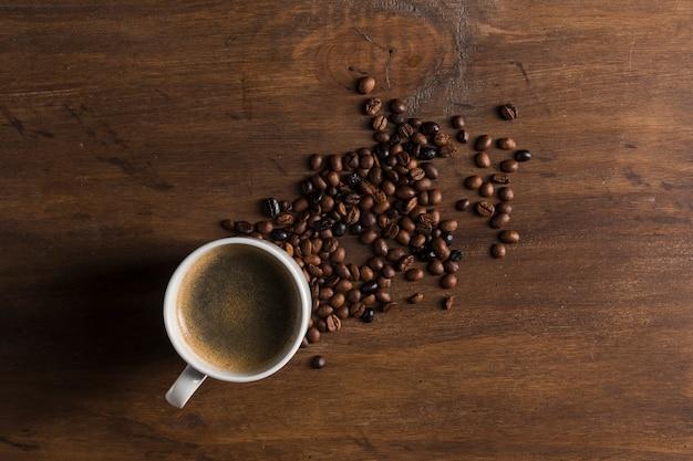 Tasse et grains de café Photo gratuit