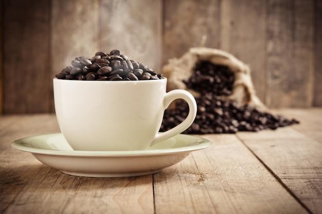 Tasse à moka grains de café espresso Photo gratuit