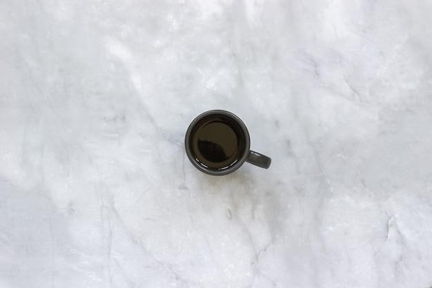 Tasse Noire De Café Sur Fond De Table En Marbre. Photo Premium