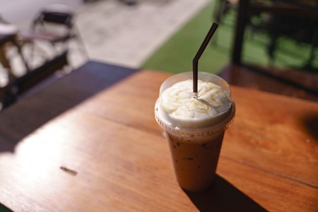 Tasse en plastique de café glacé au lait Photo Premium