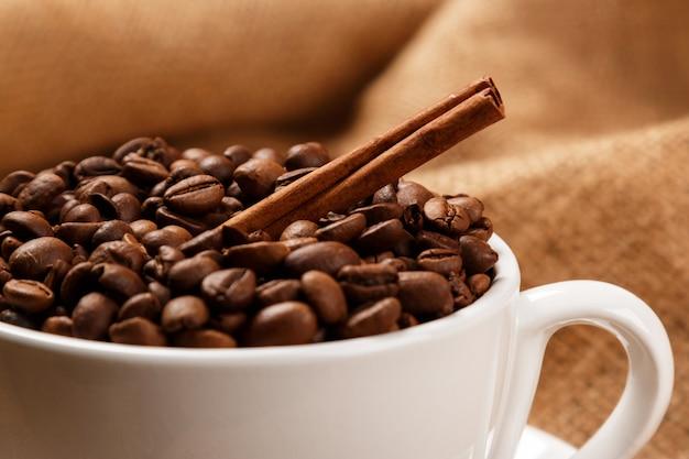 Tasse remplie de grains de café Photo Premium
