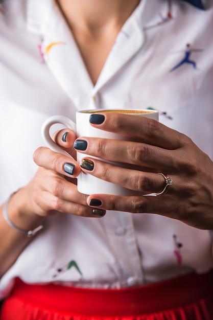 Une Tasse De Sutra Au Café Comme Moyen De Prise De Conscience Et De Détente Pour Une Fille Moderne Photo Premium