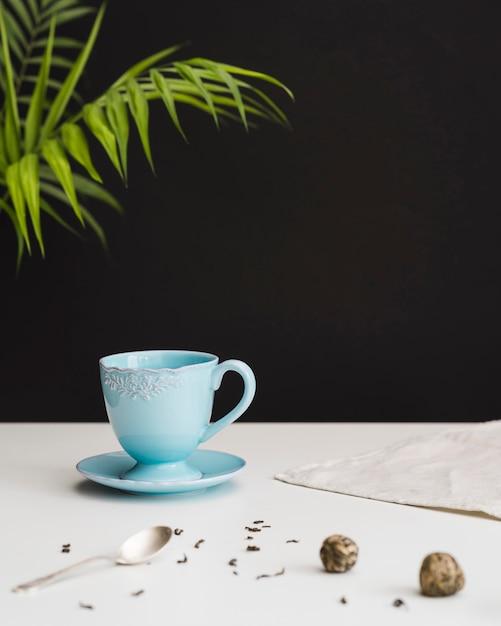 Tasse à Thé Et Assiette Sur Table Photo gratuit