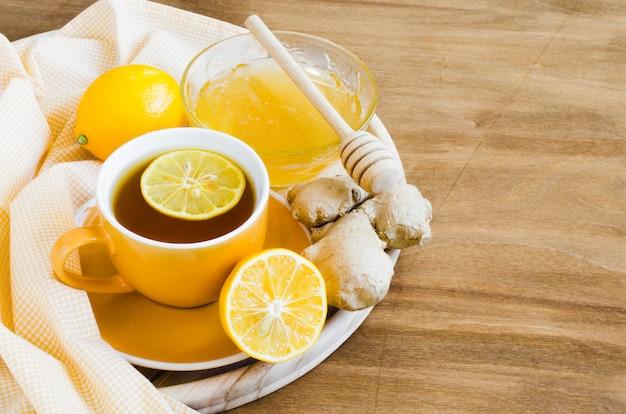 Tasse de thé au gingembre citron et au miel. Photo Premium