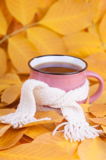 Tasse à thé automne composition enveloppée dans une écharpe thé du matin de saison Photo Premium