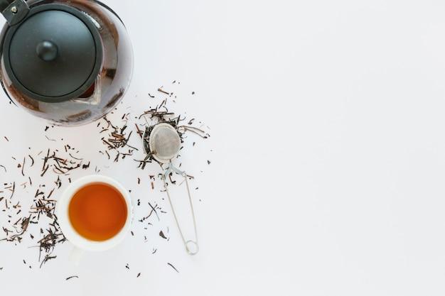 Tasse à thé avec bouilloire et passoire Photo gratuit