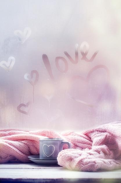 Tasse De Thé, Café, Chocolat Et Plaid Rose Sur Une Fenêtre Brumeuse Avec Texte D'amour. Humeur D'amour. Concept Hygge. Photo Premium