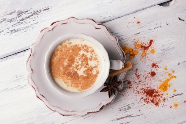 Tasse de thé chai indien traditionnel avec anis étoilé et cannelle Photo Premium