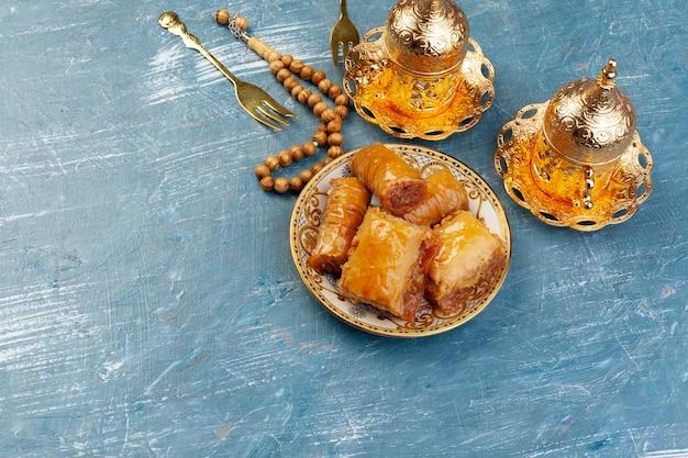 Tasse De Thé Chaud Et Une Assiette De Desserts Turcs Photo Premium