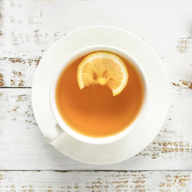 Tasse de thé chaud sur une surface en bois Photo gratuit