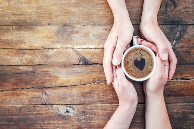 Une tasse de thé dans les mains. mise au point sélective. boisson. Photo Premium