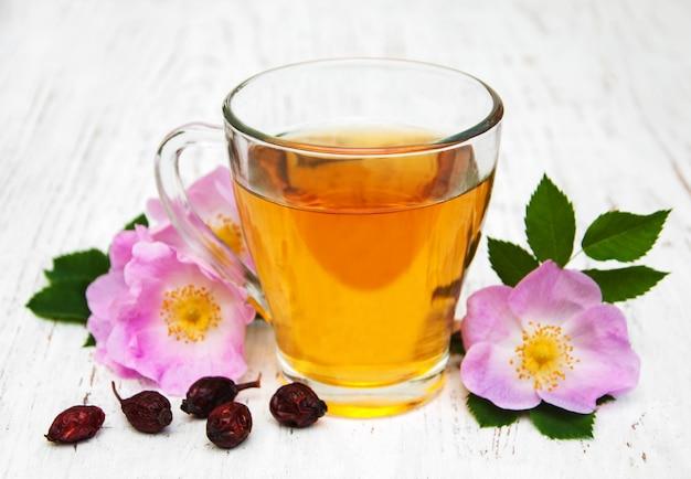 Tasse de thé et dogrose Photo Premium