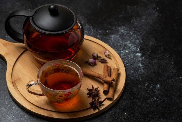 Une Tasse De Thé Avec Des épices Et Des Herbes Aromatiques. Photo gratuit