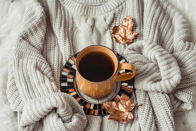 Tasse De Thé Avec Des Feuilles D'automne Et Pull Photo gratuit