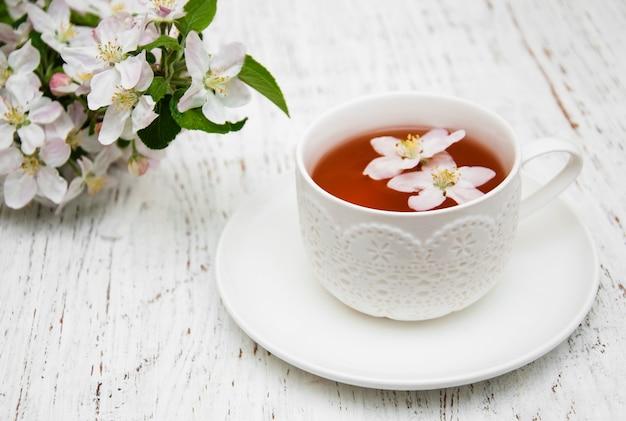 Tasse De Thé Et Fleur De Printemps Photo Premium
