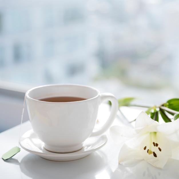 Tasse de thé avec des fleurs Photo gratuit