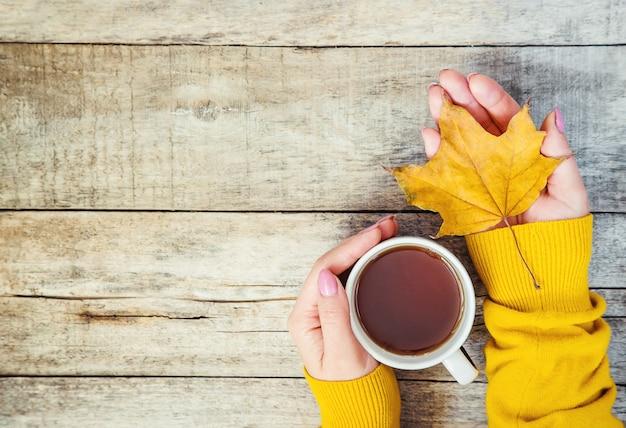 Une tasse de thé et un fond d'automne confortable. mise au point sélective. Photo Premium