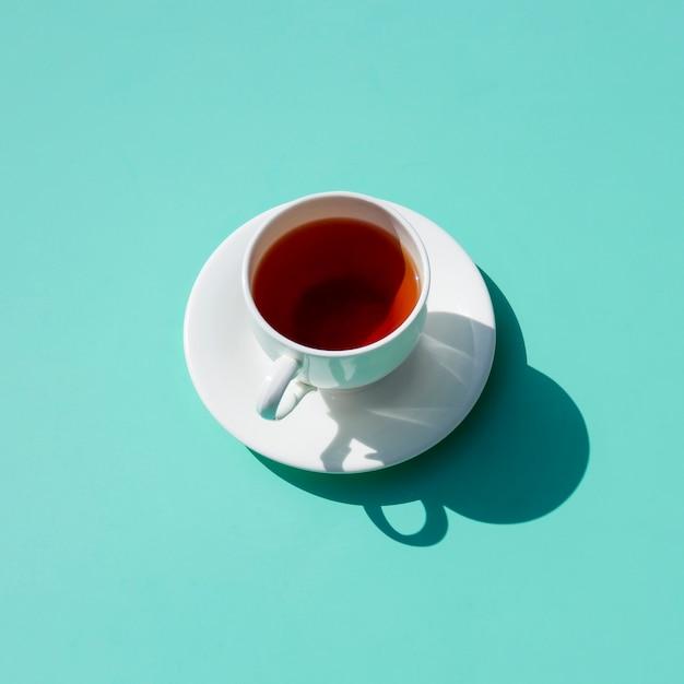 Tasse à thé formant une ombre Photo gratuit