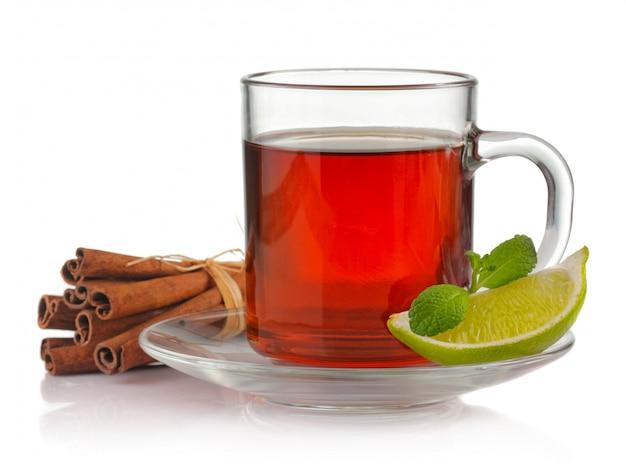 Tasse à thé à la menthe fraîche, citron vert et cannelle isolé on white Photo Premium
