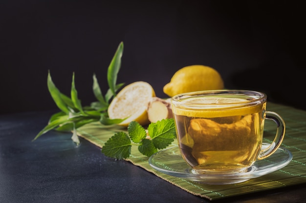 Tasse à thé et menthe, gingembre foncé Photo Premium