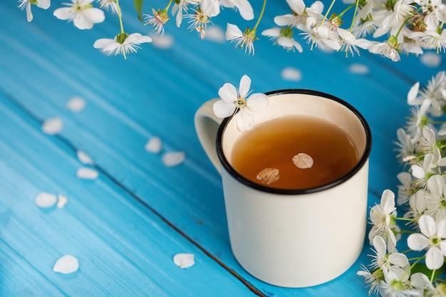 Tasse à Thé De Printemps, Fleur De Cerisier Sur Fond De Bois Bleu Photo Premium