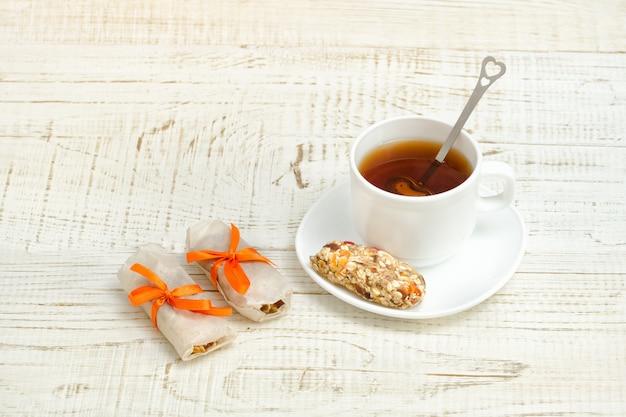 Tasse de thé et quelques barres de muesli. Photo Premium