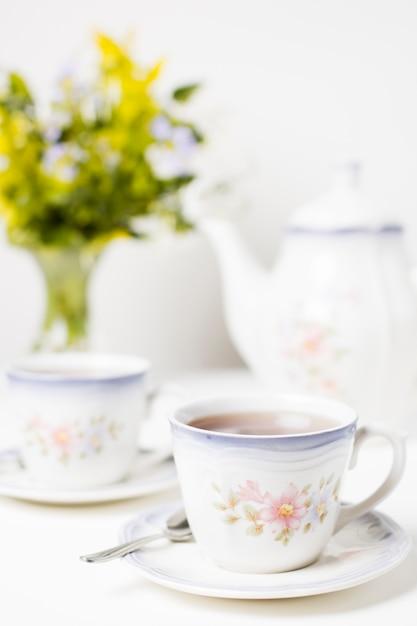 Tasse de thé et service à thé sur la table Photo gratuit