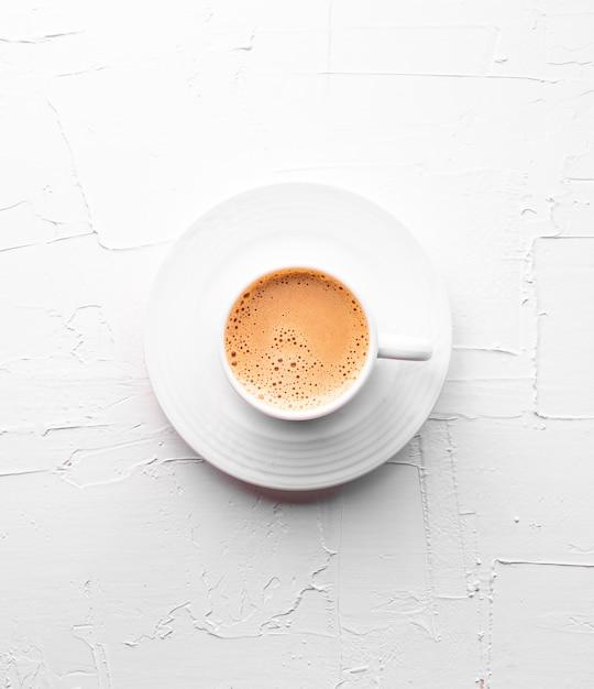 Tasse de thé sur table blanche texturée Photo Premium
