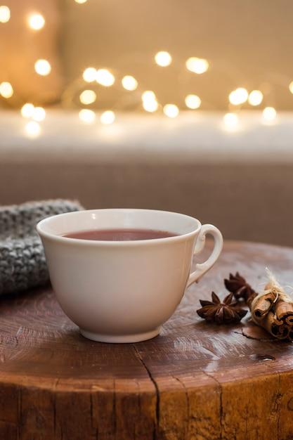 Tasse à thé sur un tabouret en bois à la cannelle Photo gratuit