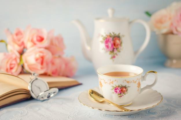 Tasse De Thé Avec Théière Et Fleurs Avec Ton Vintage Photo Premium