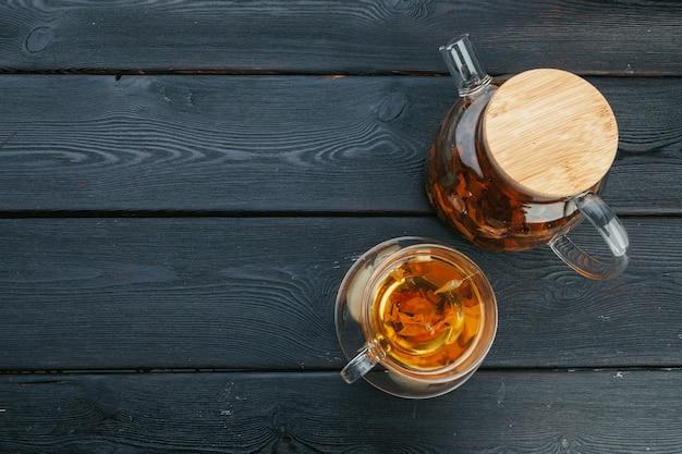 Une tasse de thé et théière sur la table Photo Premium