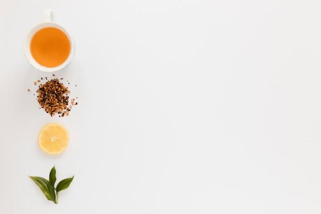 Tasse à thé avec tranche de citron et espace copie Photo gratuit