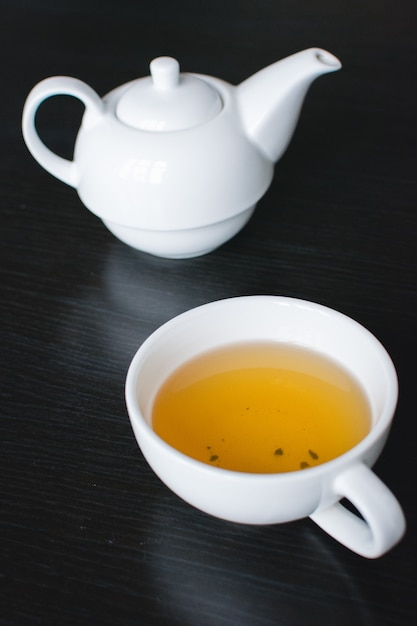 Tasse de thé vert et théière Photo gratuit