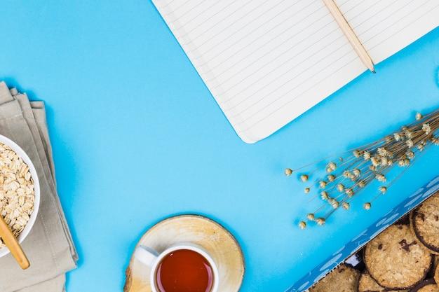 Tasse à thé vue de dessus avec des éléments de petit déjeuner Photo gratuit
