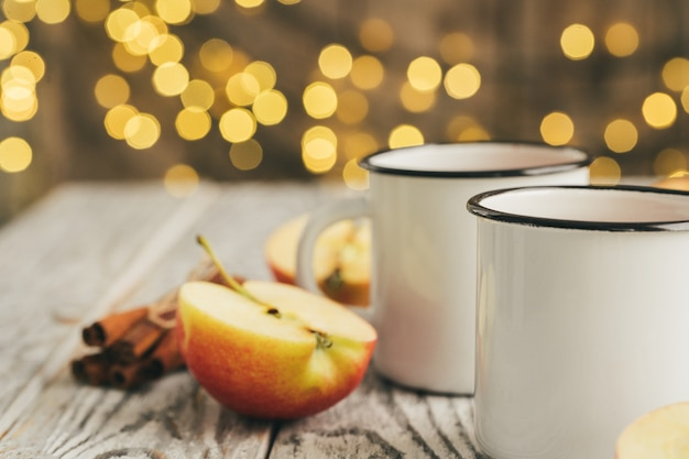 Tasses blanches de vin brillant sur la table en bois se bouchent Photo Premium