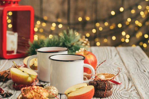 Tasses blanches de vin brillant sur la table en bois se bouchent Photo Premium