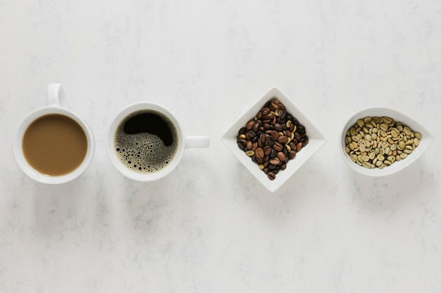 Tasses à Café Chaud Sur La Table Blanche Photo gratuit