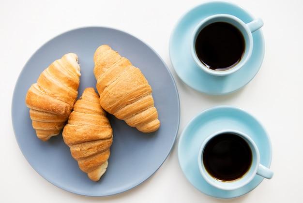 Tasses de café avec des croissants Photo Premium