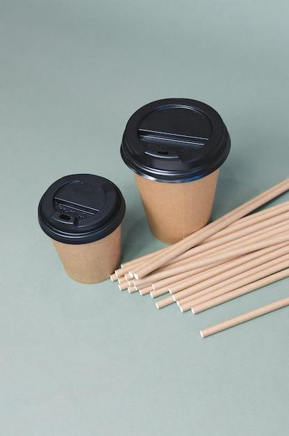 Tasses à Café En Papier Avec De La Paille En Papier. Conception écologique. Zero Gaspillage Photo Premium