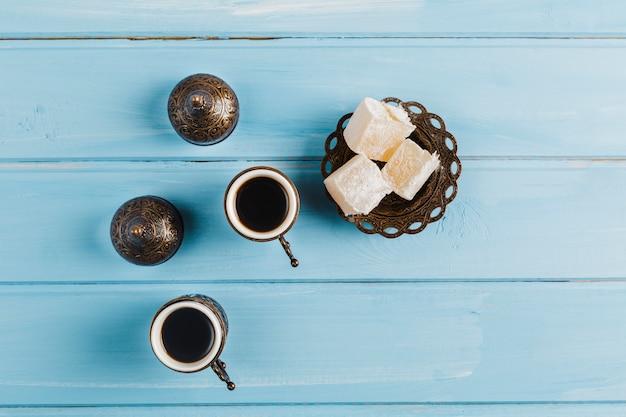 Tasses De Café Près De Soucoupe Avec Délices Sucrés Turcs Photo gratuit