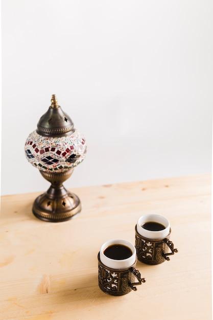 Tasses de café près de vaisselle sur la table Photo gratuit