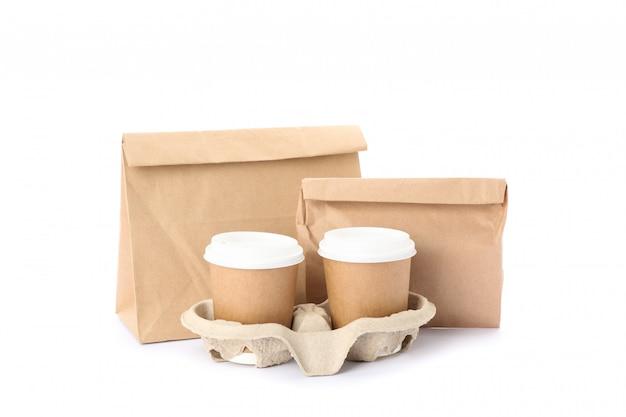 Tasses à Café Et Sacs En Papier Respectueux De L'environnement Isolés Sur Blanc Photo Premium