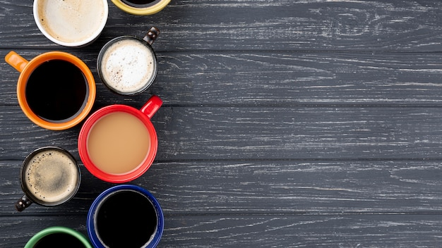 Tasses à Café Sur Table En Bois Avec Espace Copie Photo gratuit