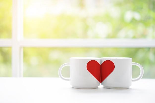 Tasses de café ou de thé pour le matin du mariage dans le café de deux amants Photo Premium